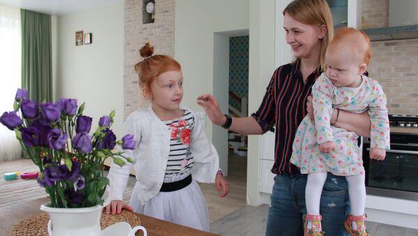 Марина со старшей дочерью Полиной и маленькой Альбиной - Sputnik Беларусь