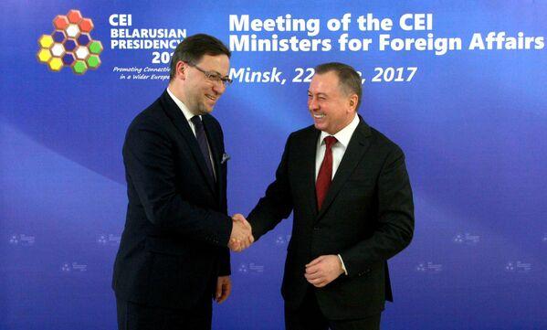 Глава делегации Польши (слева) и министр иностранных дел Беларуси Владимир Макей (справа). - Sputnik Беларусь