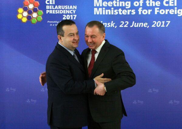 Министр иностранных дел Сербии Ивица Дачич (слева) и глава МИД РБ Владимир Макей (справа). - Sputnik Беларусь