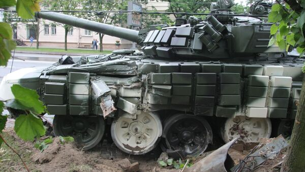 Танк Т-72 врезался в дерево на проспекте Независимости - Sputnik Беларусь