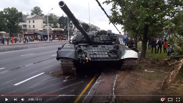 Танк врезался в столб в Минске, видео - Sputnik Беларусь