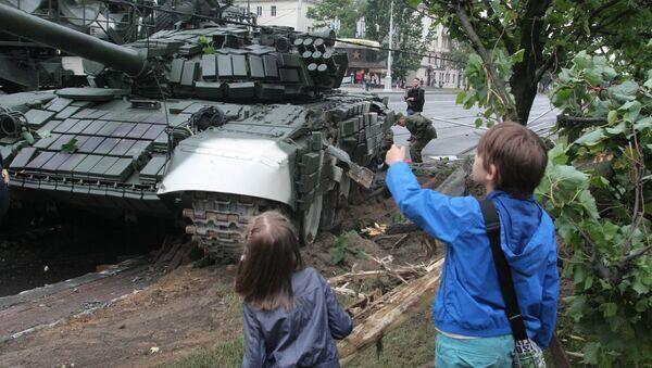 Танк Т-72 снес столб в Минске - Sputnik Беларусь
