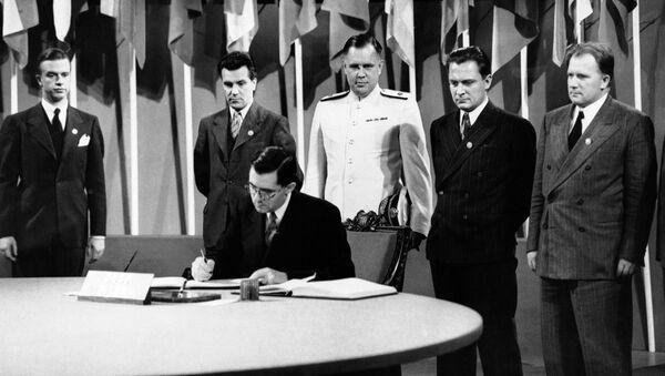Андрей Громыко подписывает Устав ООН - Sputnik Беларусь