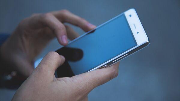 Мобильный телефон в руках, архивное фото - Sputnik Беларусь