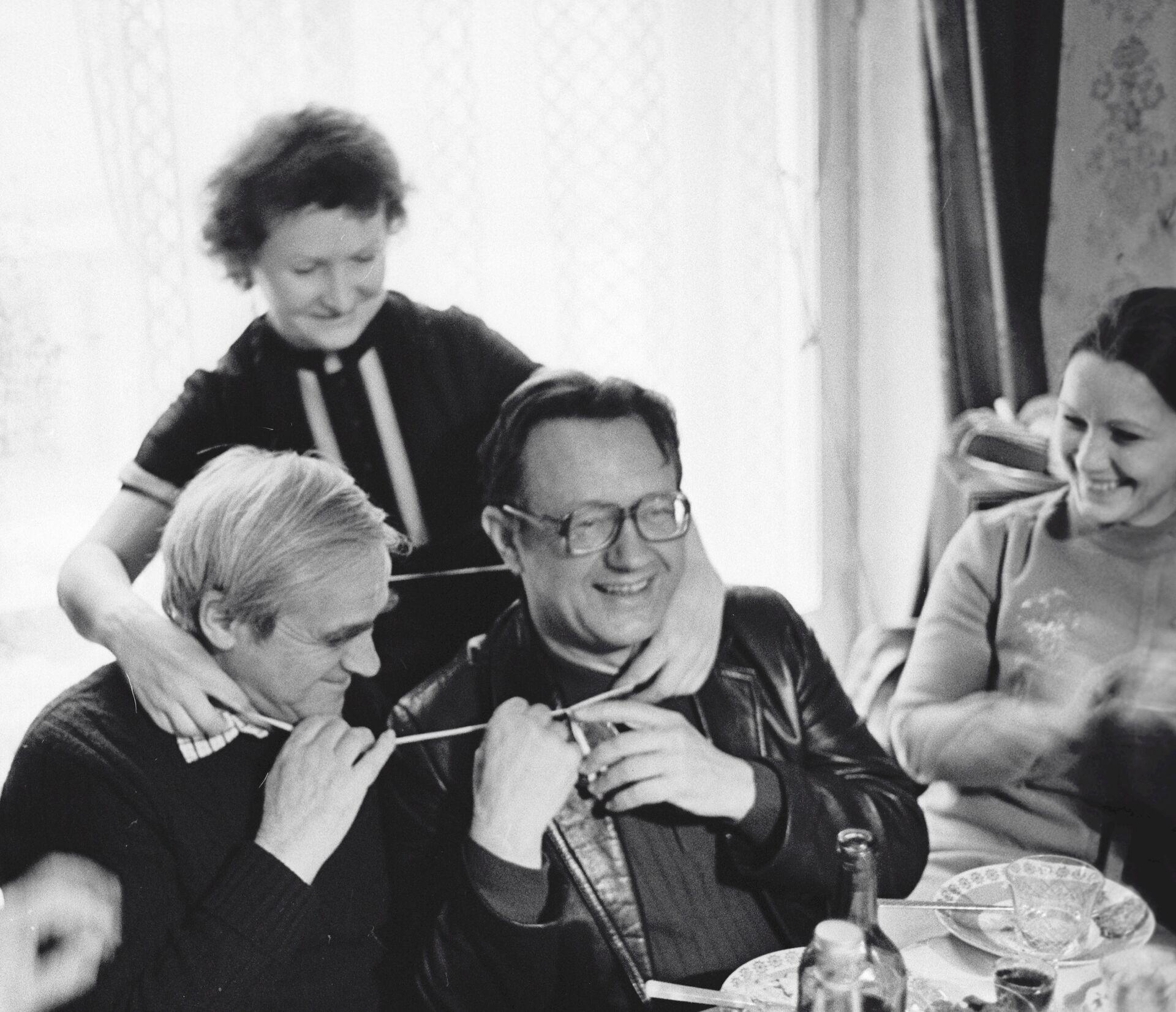 Писатели Даниил Гранин Алесь Адамович - Sputnik Беларусь, 1920, 03.09.2021
