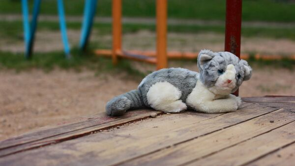 Плюшевая игрушка на детской площадке - Sputnik Беларусь