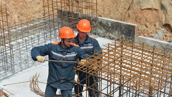 Строители создают каркас из арматуры, который потом будет залит бетоном - Sputnik Беларусь