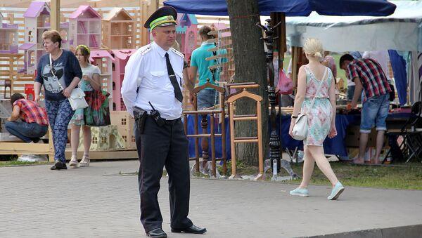 Внешний вид сотрудников правопорядка соответствует празднику - Sputnik Беларусь