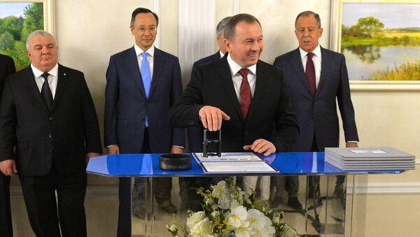 Глава МИД Владимир Макей принял участие в церемонии гашения маркированного конверта - Sputnik Беларусь