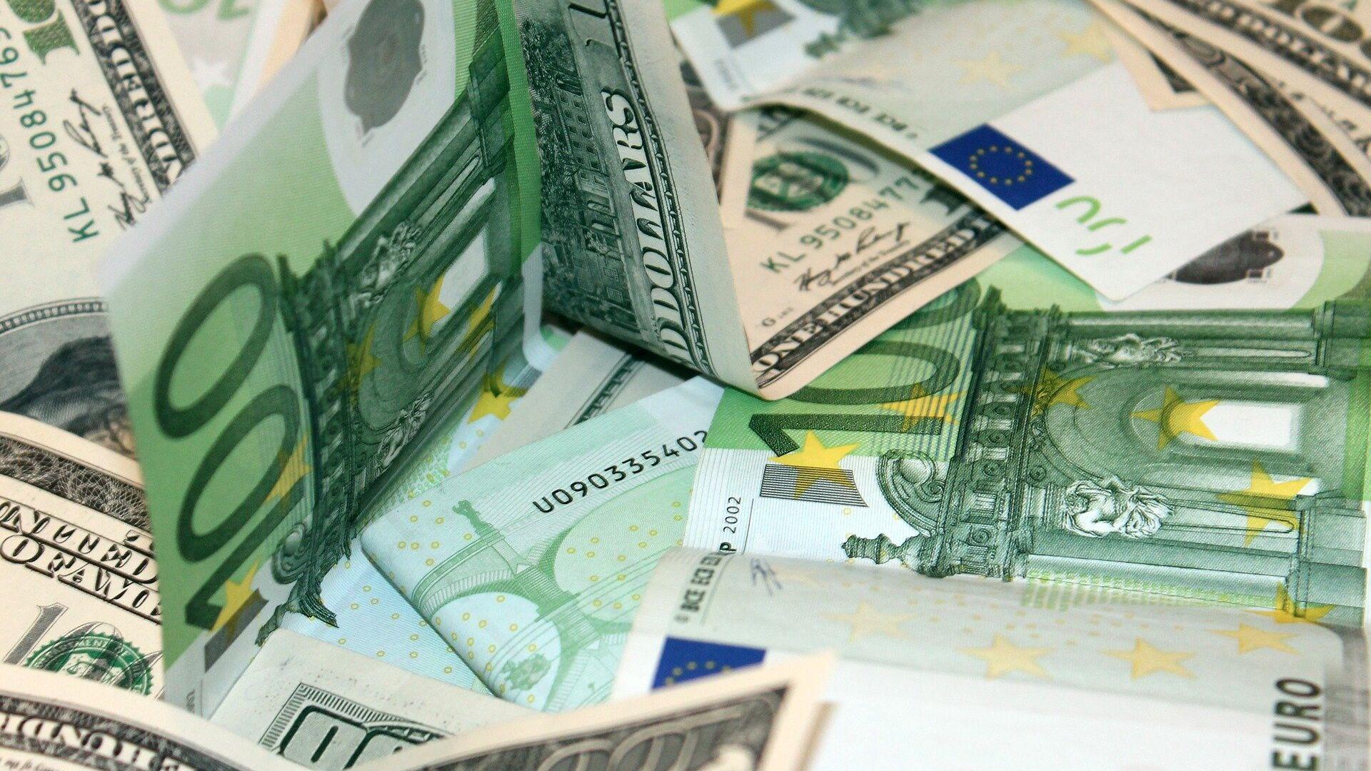 Доллары и евро - Sputnik Беларусь, 1920, 13.04.2021