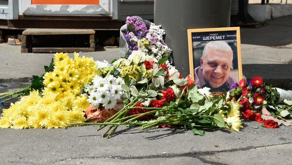 Цветы и свечи на месте гибели журналиста Павла Шеремета в Киеве - Sputnik Беларусь
