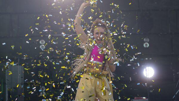 Падчас выступу Iowa вакалістка Кацярына Іванчыкава зладзіла цэлае танцавальнае шоу - Sputnik Беларусь