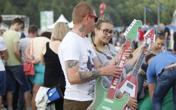 На фестывалі можна было зрабіць фота з юбілейнымі гітарамі - Sputnik Беларусь