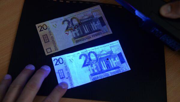 В ультрафиолетовом свете светятся лишь поддельные купюры - настоящие покрыты специальным защитным составом, это один первых признаков фальшивки - Sputnik Беларусь