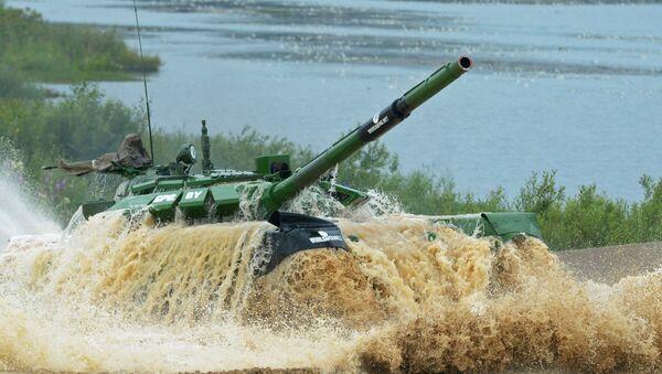 Участники индивидуальной гонки соревнований по танковому биатлону команды министерства обороны Беларуси - Sputnik Беларусь