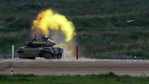 Стрельба участников танкового биатлона по мишеням - Sputnik Беларусь
