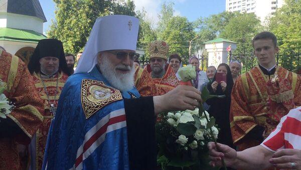 Мітрапаліт Павел дарыў вернікам белыя ружы - Sputnik Беларусь