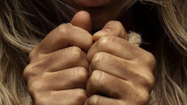 Связанные руки женщины, архивное фото - Sputnik Беларусь