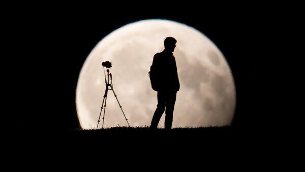 Фотограф снимает частичное лунное затмение в Мюнхене, Германия - Sputnik Беларусь