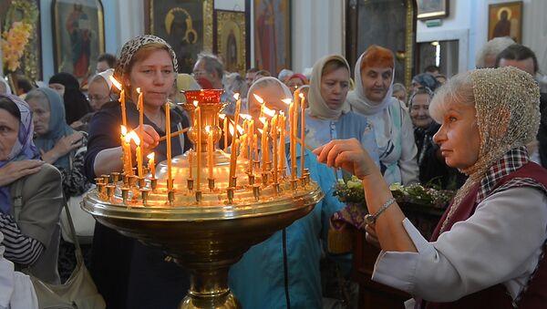Мінчане прынеслі ў храм свяціць мёд новага збору - Sputnik Беларусь