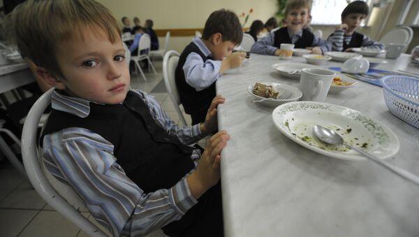 Дети обедают в школьной столовой, архивное фото - Sputnik Беларусь