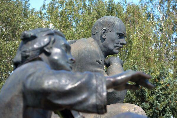 Наведалі аднаіменную плошчу, дзе размешчаны помнік народнаму паэту. - Sputnik Беларусь