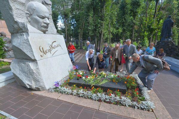 Помнік Якубу Коласу ўстанавіла праз 14 гадоў пасля яго смерці ў 1970 годзе. - Sputnik Беларусь