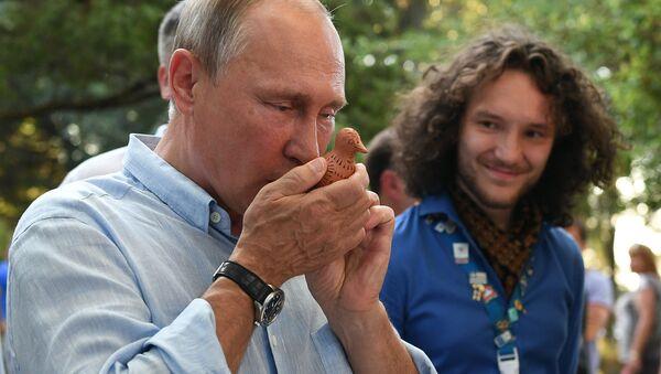 Владимир Путин знакомится с тематическими выставками творческих групп - Sputnik Беларусь