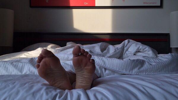 На первых порах от бессонницы могут помочь традиционные средства – душ перед сном, холодная подушка и свежий воздух в комнате - Sputnik Беларусь