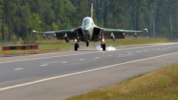 Посадка Як-130 на трассу Минск-Могилев  - Sputnik Беларусь