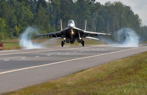 Посадка МиГ-29 - Sputnik Беларусь