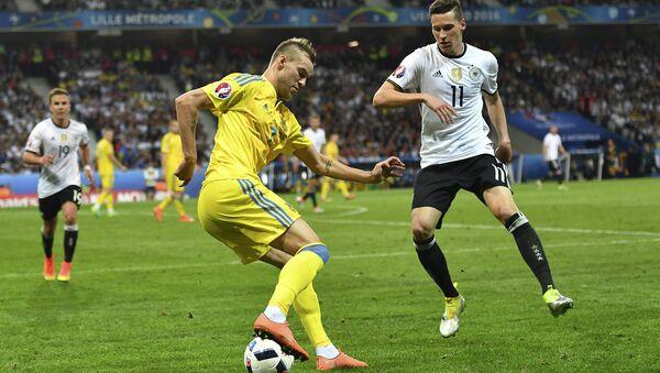 Игрок сборной Украины Андрей Ярмоленко (слева) и игрок сборной Германии Юлиан Дракслер - Sputnik Беларусь