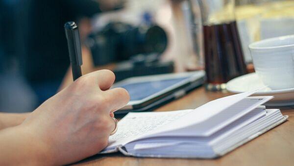 Девушка пишет в блокноте - Sputnik Беларусь