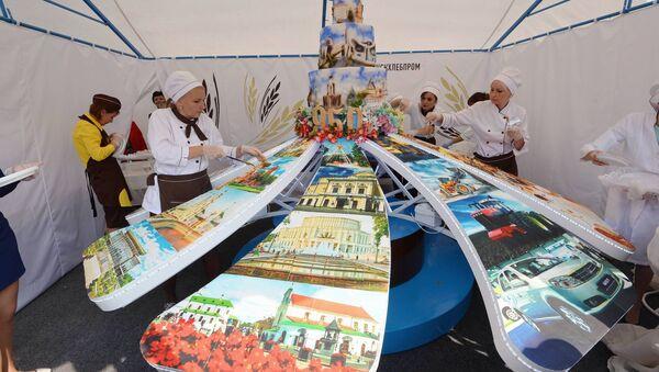 Велізарны торт кандытары спяклі да юбілею Мінска - Sputnik Беларусь