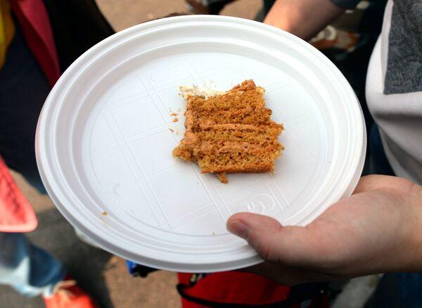 Кавалачкі торта былі зусім невялікія - арганізатары імкнуліся, каб хапіла на ўсіх жадаючых - Sputnik Беларусь