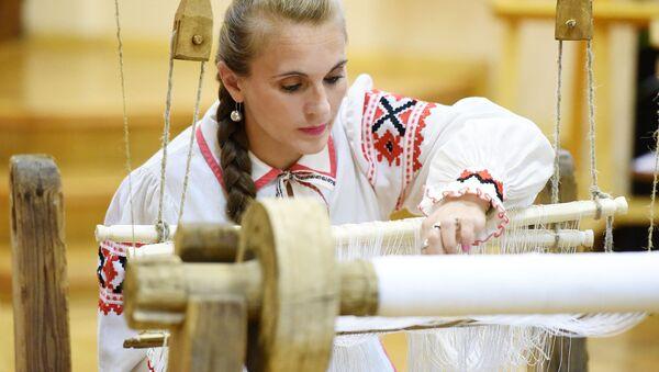 В Гомеле ткут народный рушник - Sputnik Беларусь