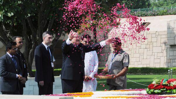 Александр Лукашенко возложил цветы по индийскому обряду - Sputnik Беларусь