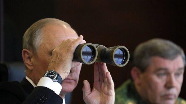 Президент РФ Владимир Путин во время инспекции действий ВС Союзного государства России и Беларуси на основном этапе учения Запад-2017 на полигоне Лужский - Sputnik Беларусь