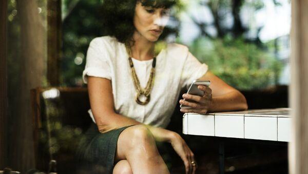 Женщина с мобильным телефоном, архивное фото - Sputnik Беларусь