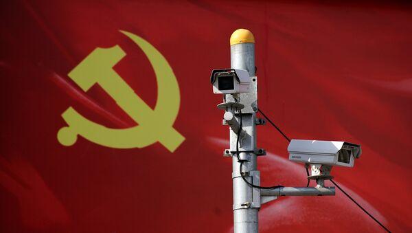 Камеры наблюдения на фоне флага Компартии Китая - Sputnik Беларусь