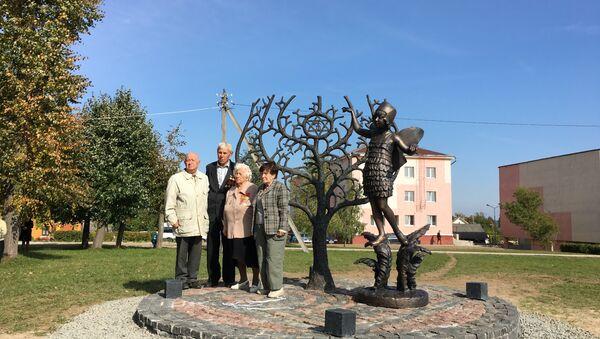 Узники гетто у памятника погибшему еврейскому ребенку - Sputnik Беларусь