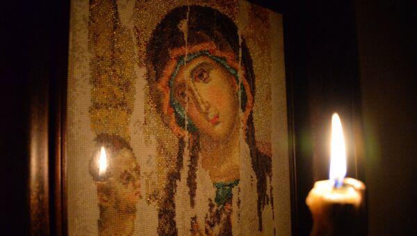 Свечка на фоне вышытага малюнка Казанскай іконы Божай маці - Sputnik Беларусь