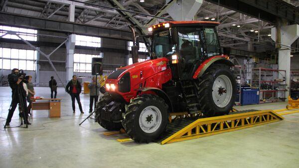 Новый трактор сходит с конвейера - Sputnik Беларусь
