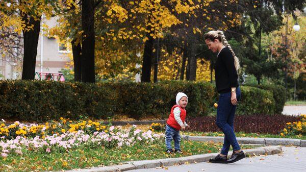 Мама с ребенком во время прогулки - Sputnik Беларусь