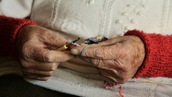 Руки пожилой женщины, архивное фото - Sputnik Беларусь