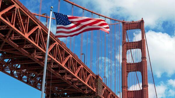 Американский флаг на фоне моста Золотые ворота - Sputnik Беларусь