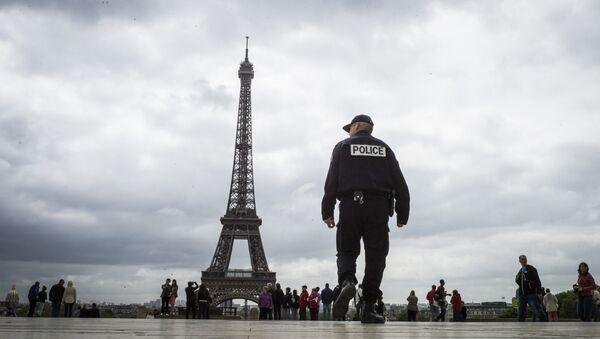 Полицейский у Эйфелевой башни, архивное фото - Sputnik Беларусь