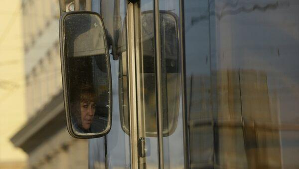 Зеркало заднего вида в троллейбусе - Sputnik Беларусь