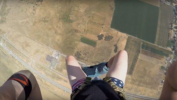 Парашютист остался без штанов во время прыжка, видео - Sputnik Беларусь