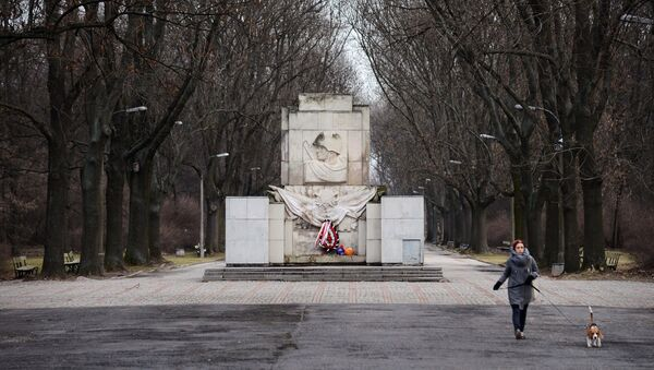 Возложение цветов на могилы советских солдат в Польше - Sputnik Беларусь